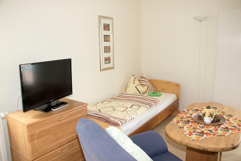 Appartement-Fernseher-Bett