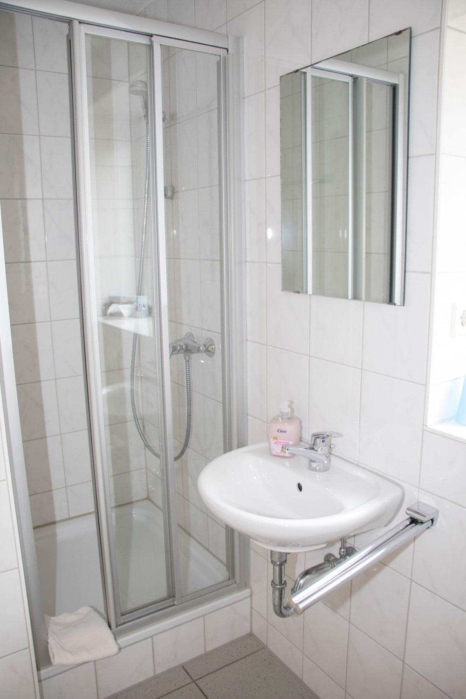 Großes-Doppelzimmer-Sanitär