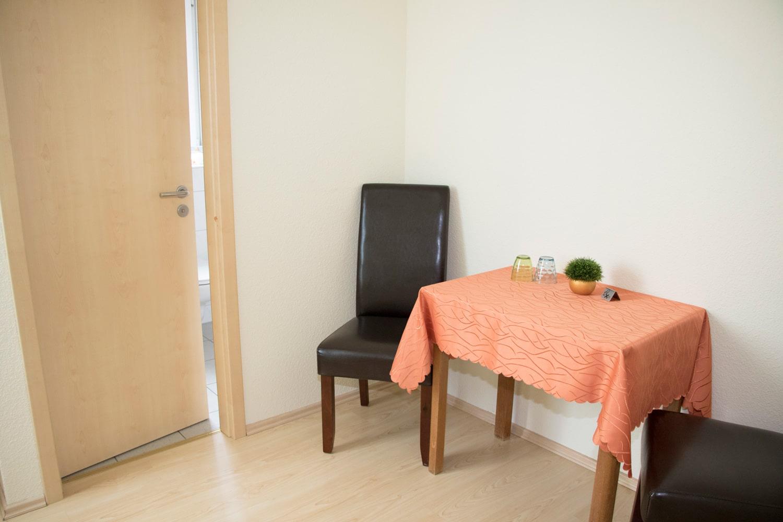 Großes-Doppelzimmer-Tisch